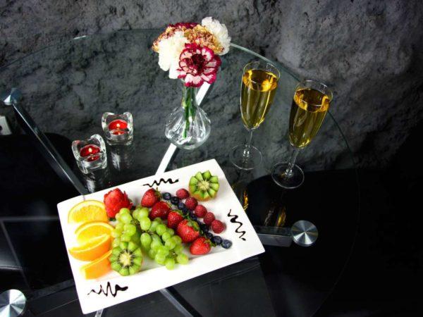 szampan i owoce w komorowskim