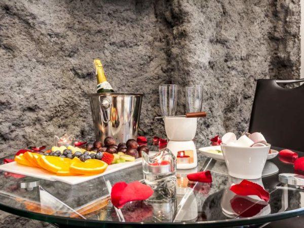 szampan i owoce w pakiecie romantycznym