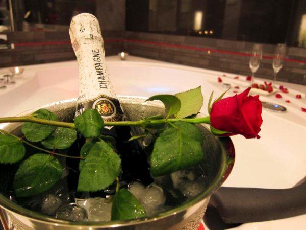 szampan w jacuzzi komorowski