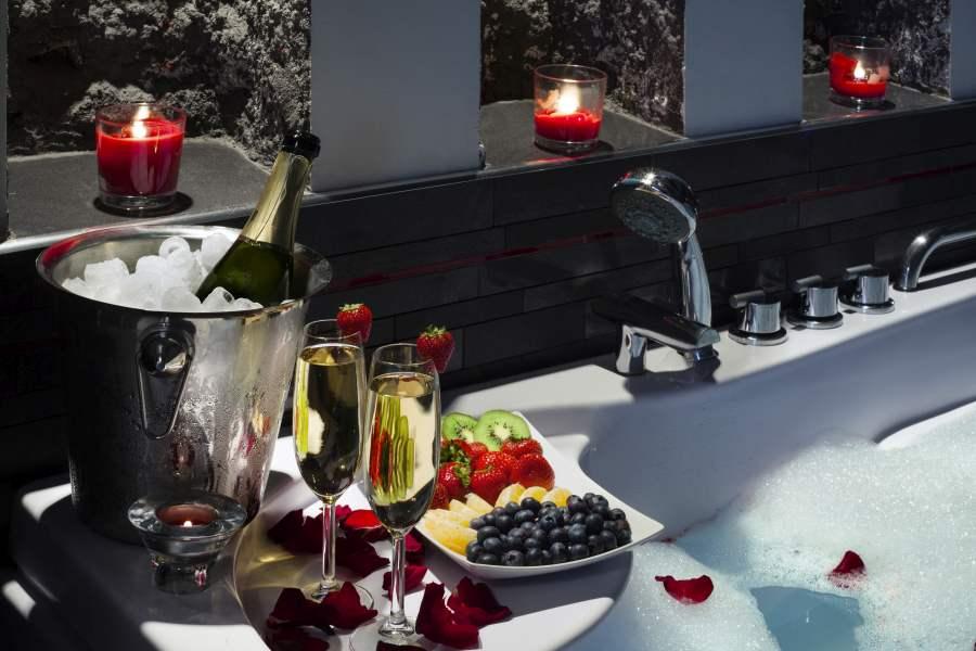 łazienka i róże w wannie