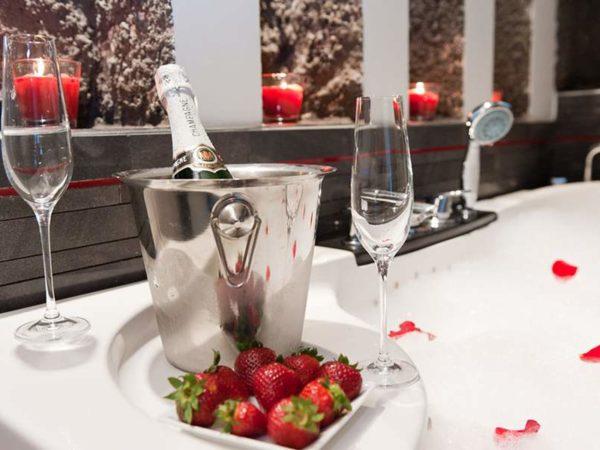 szampan z truskawkami w pakiecie zaręczynowym